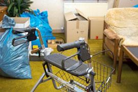 Gerümpel und ein Rollator in einem Zimmer bei Haushaltsauflösung